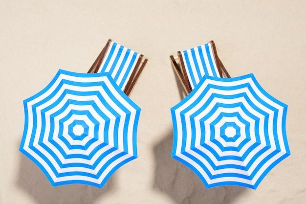 Strandmeubels onder parasols Premium Foto