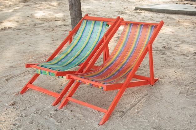 Strandstoel op het zandstrand Premium Foto