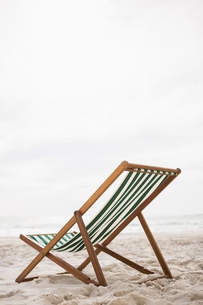 Strandstoelen op tropisch zandstrand Gratis Foto