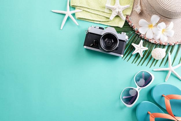 Strandtoebehoren op groene pastelkleur voor het concept van de de zomervakantie. Premium Foto