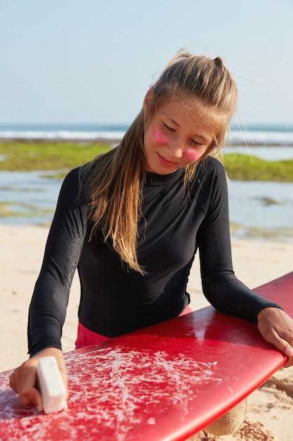 Strandvakantie concept. de foto van mooie tiener heeft licht die haar in paardestaart wordt gebonden Gratis Foto