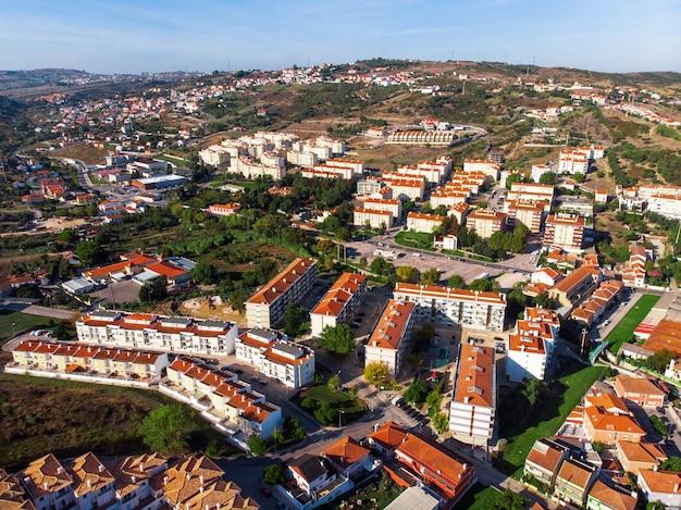 Straten van alhandra vol bomen en gezellige huizen in portugal Gratis Foto