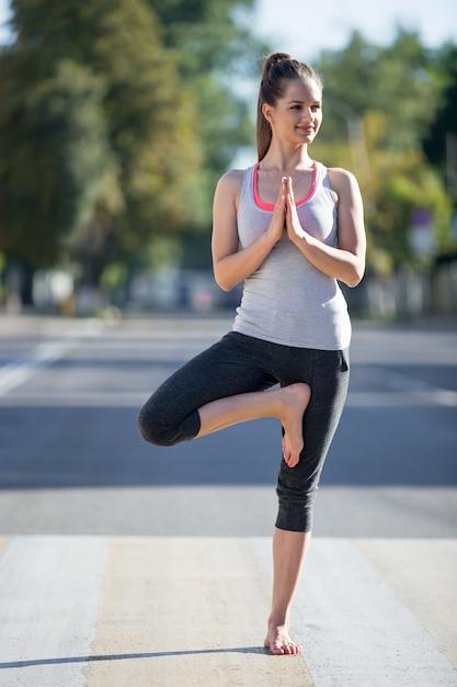 Street yoga: vrksasana pose Gratis Foto