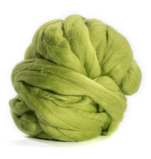 Streng merinoswol groen op een witte achtergrond Premium Foto
