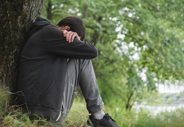 Stress man. een alleenstaande man met psychische problemen het concept Premium Foto