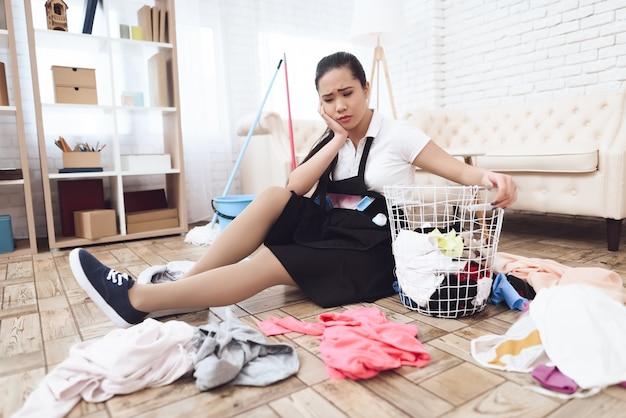 Stressful work of asian housekeeper messy room. Premium Foto