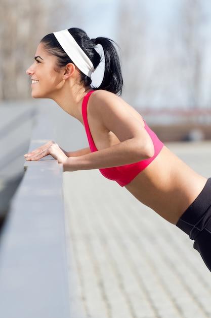 Stretching lifestyle meisje wellness fitnessruimte Gratis Foto