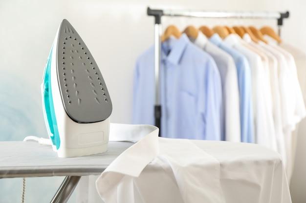Strijkijzer en overhemd op strijkplank, Premium Foto