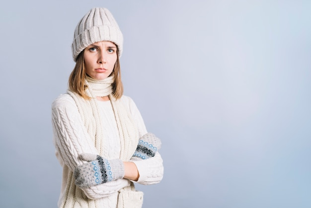 Strikte vrouw in witte kleren Gratis Foto