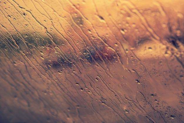 Stromende regendruppels op de voorruit. herfst concept. Premium Foto