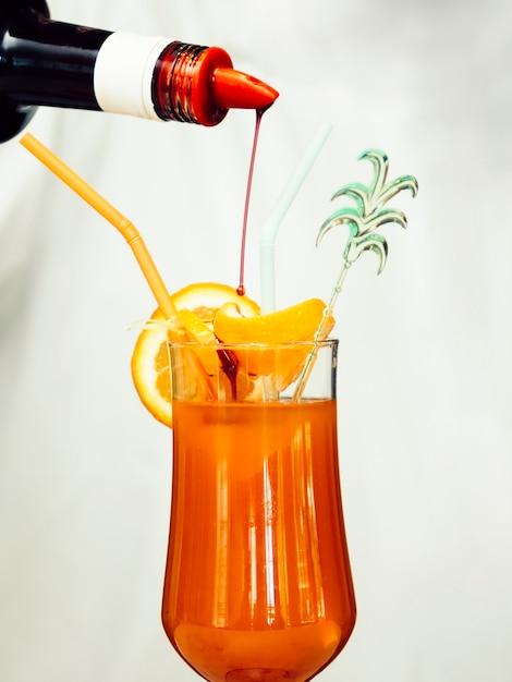Stroop die in tropische cocktail giet Gratis Foto