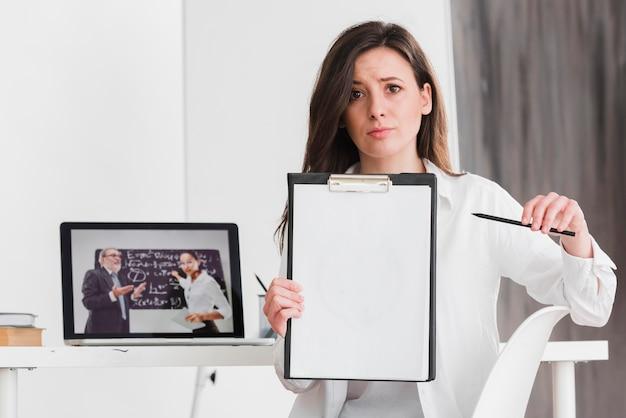 Student die haar huiswerk e-lerend concept voorstelt Gratis Foto