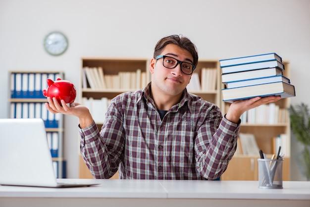 Student die spaarpot breekt om collegegeld te betalen Premium Foto