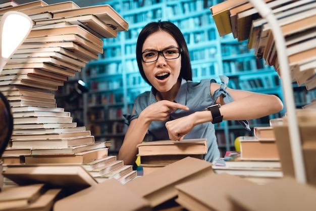 Student kijkt naar horloge en verrassing. Premium Foto
