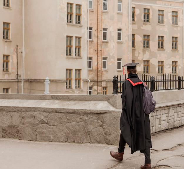 Student lopen naar diploma-uitreiking Gratis Foto