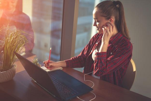 Student met behulp van online onderwijsdienst Premium Foto