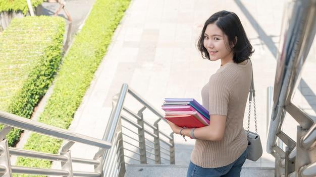 Student mode tiener meisje met onderwijs boek Premium Foto