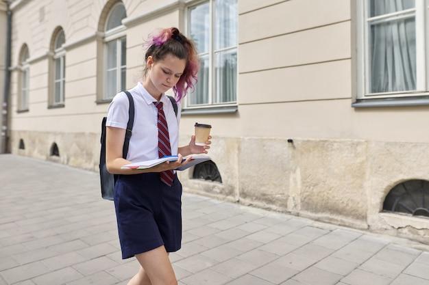 Studente 15, 16 jaar oud wandelen met rugzak Premium Foto