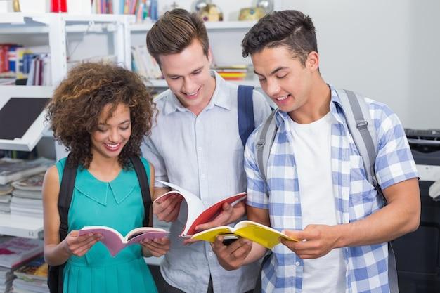 Studenten chatten tussen de lessen door Premium Foto