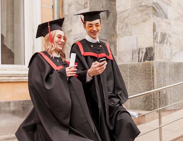 Studenten controleren mobiel Gratis Foto