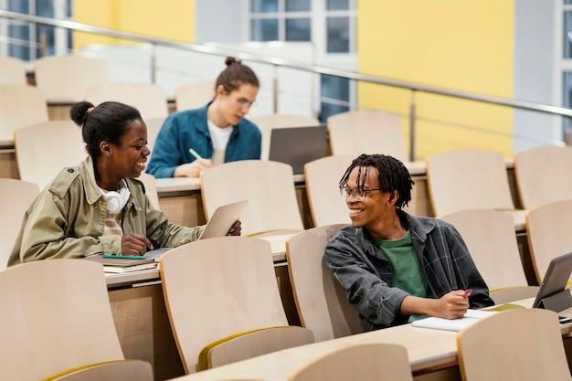 Studenten die een universitaire klas bijwonen Gratis Foto