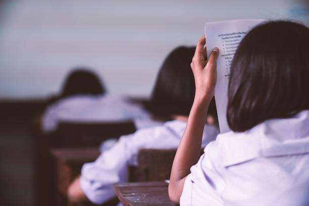 Studenten die examen met spanning in schoolklaslokaal nemen Premium Foto