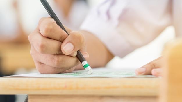 Studenten die potlood gum houden tijdens het afleggen van examens Premium Foto