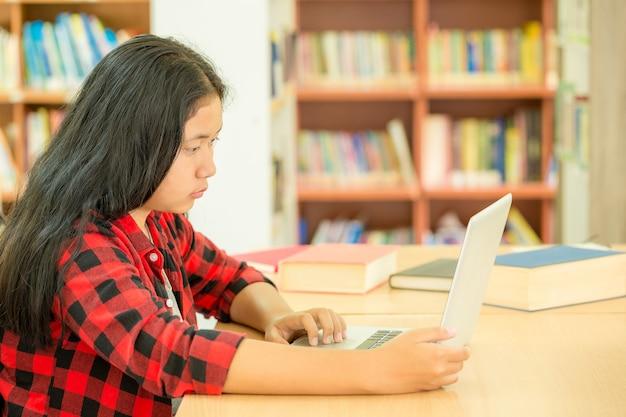 Studenten die zich richten op onderwijs in de bibliotheek Gratis Foto