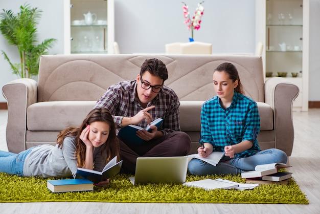 Studenten die zich voorbereiden op universitaire examens Premium Foto
