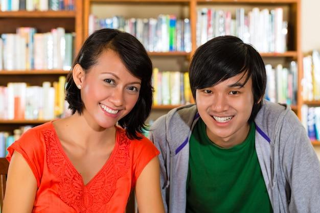 Studenten in de bibliotheek zijn een leergroep Premium Foto