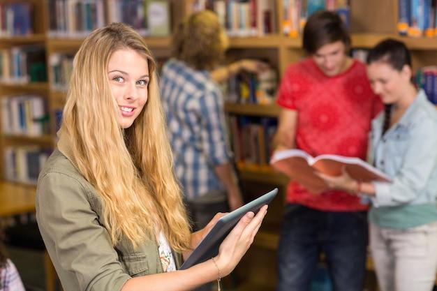 Studenten in de bibliotheek Premium Foto