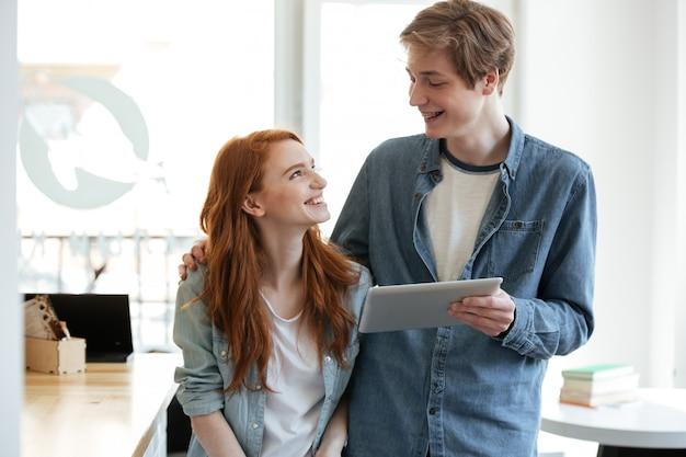 Studenten kijken elkaar in café Gratis Foto