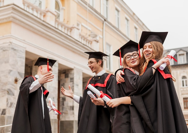 Studenten knuffelen bij afstuderen Premium Foto