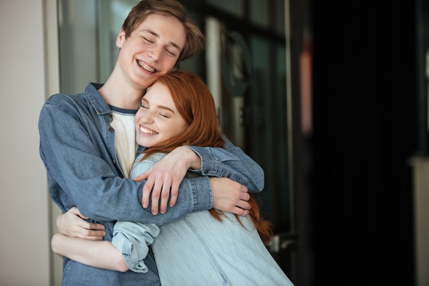 Studenten knuffelen in café Gratis Foto