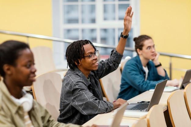 Studenten letten op tijdens de les Gratis Foto