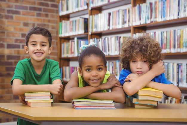 Studenten leunend op schoolboeken Premium Foto