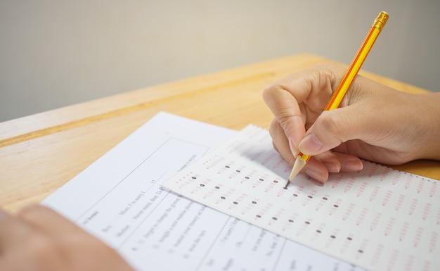 Studenten overhandigen examens, schrijven examenruimte Premium Foto