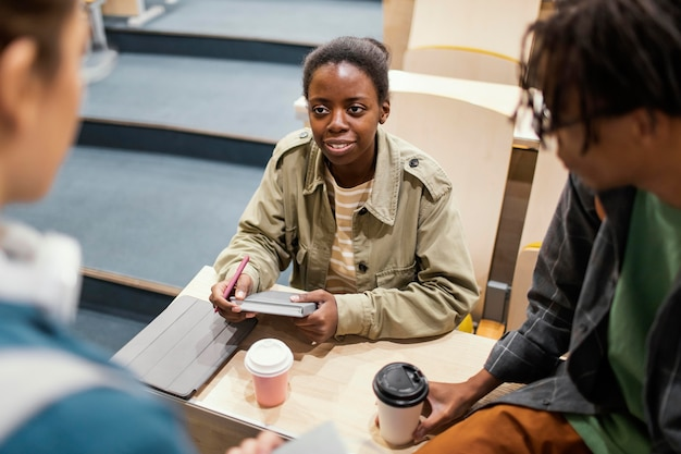 Studenten praten na de les Gratis Foto