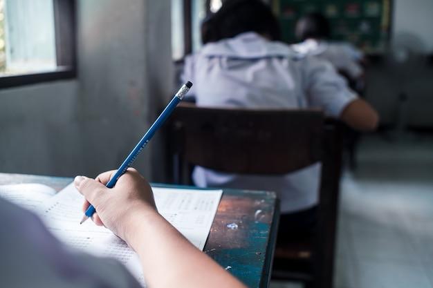 Studenten schrijven en lezen examenantwoordbladen oefeningen op school met stress Premium Foto