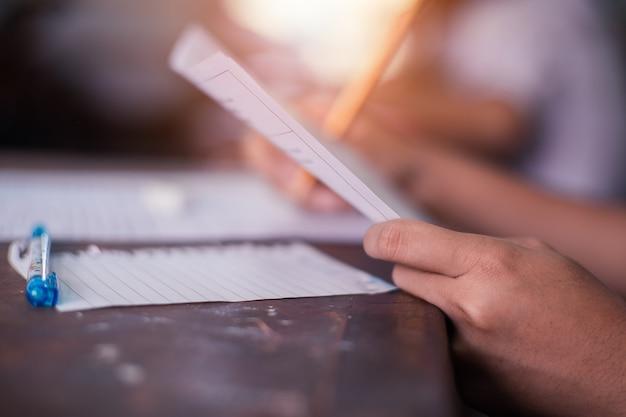 Studenten schrijven en lezen examenantwoordbladen op school met stress Premium Foto