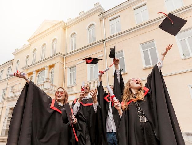 Studenten vieren afstuderen Premium Foto