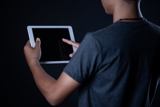 Studentenjongen die laptop met behulp van, online het leren, onderwijs Gratis Foto