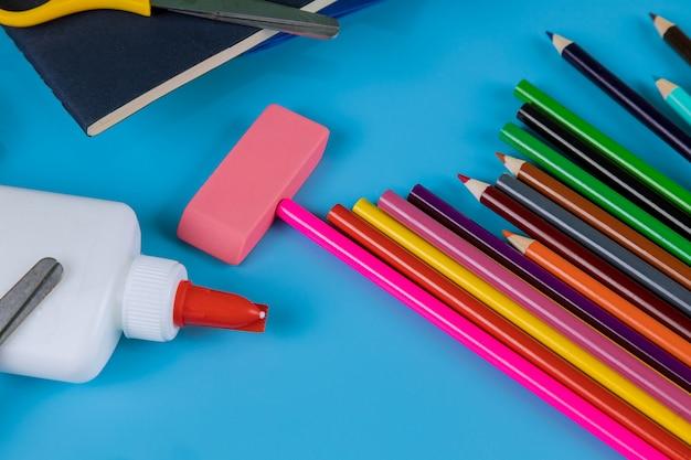 Studentenmateriaal op blauwe tafel, terug naar school Premium Foto