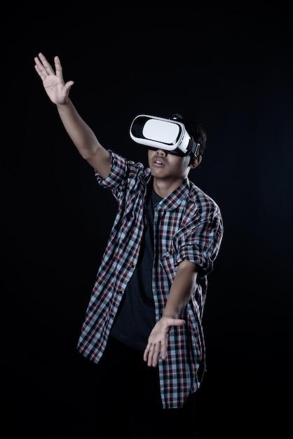 Studentenmens die virtuele werkelijkheidsbeschermende brillen, vr-hoofdtelefoon dragen. Gratis Foto