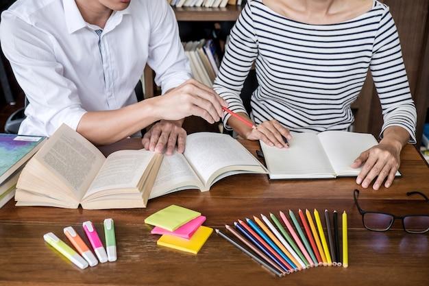 Studentenzitting in en bibliotheek die, thuiswerk en lessenpraktijk bestuderen die examen voorbereiden bestuderen Premium Foto