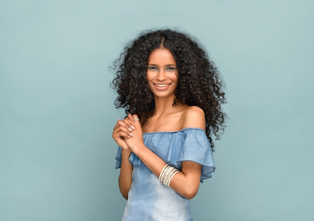 Studio portret van een mooi slank zwart meisje Premium Foto