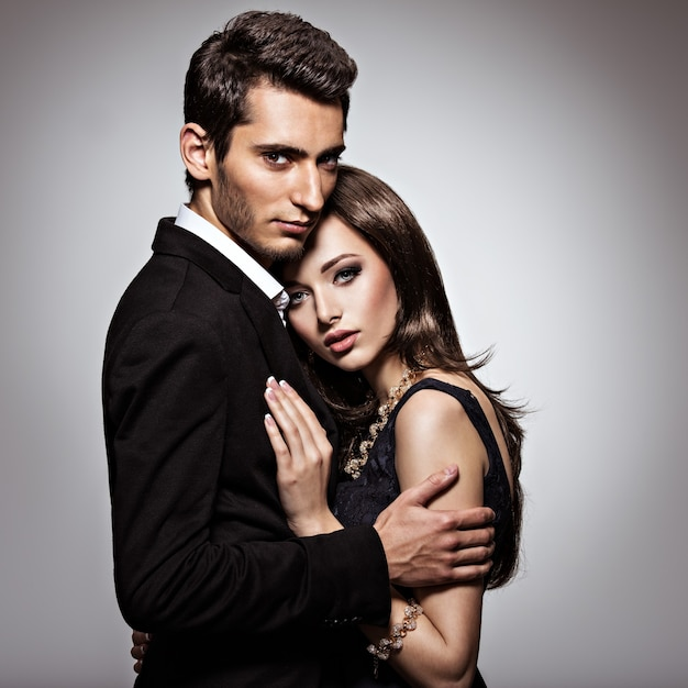 Studio portret van jonge mooie paar verliefd Gratis Foto