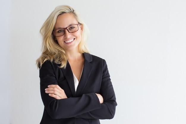 Studio portret van succesvolle jonge zakenvrouw Gratis Foto