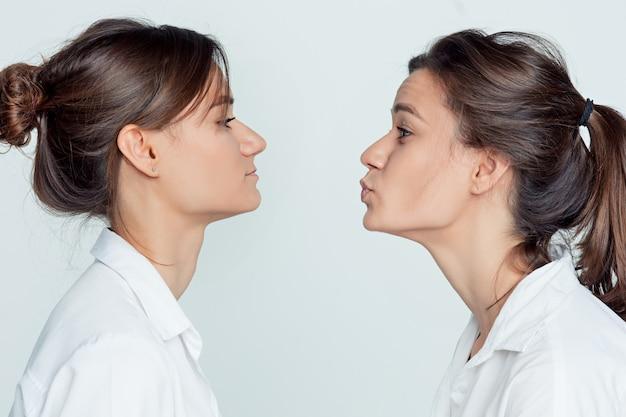 Studio portret van vrouwelijke tweelingen Gratis Foto