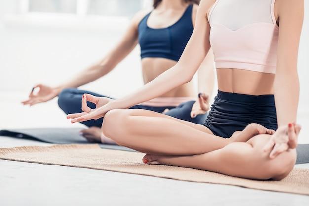 Studio shot van een jonge fit vrouwen doen yoga oefeningen Gratis Foto